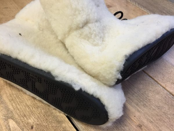 Wolwitte schapenwollen bombose slof met rubber antislipzool
